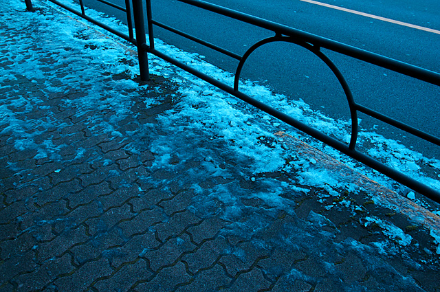 120129_001_まだ溶けない歩道の雪