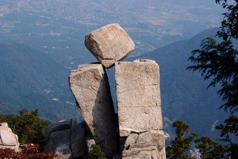 落ちない岩