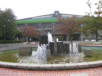 県総合運動公園の体育館前