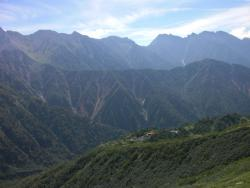 穂高連峰と鏡平山荘
