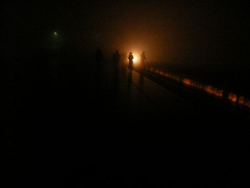 霧に浮かぶルミナリエ