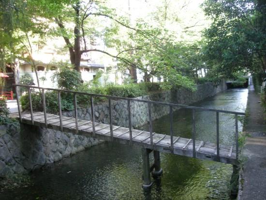 高瀬川に架かる華奢な木の橋