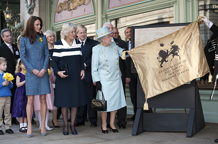 The-Queen-unveils-a-plaqu-024.jpg