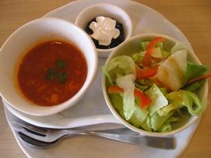 パスタランチのミネストローネスープとサラダ