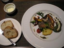 レディースディナーのパンとお魚料理