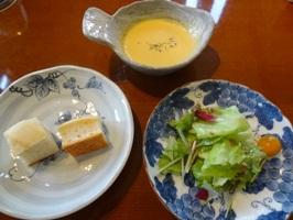 スープ、フォカッチャ、サラダ