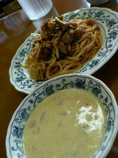 自家製トマトソースで茄子と水菜のパスタ、牛乳スープ
