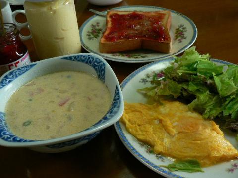 食パン、チーズ入りオムレツ、サラダ、牛乳スープ