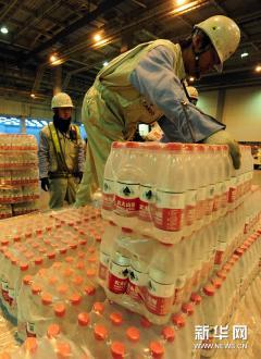 3月28日,在日本#19996;京成田机#22330;,工作人#21592;搬#36816;来自中国的救援物#36164;。2