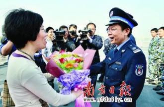 411 南方日報記者向凱旋的310船代表獻上鮮花。