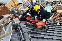 403 台灣搜救隊17日在日本宮城縣岩沼市二倉區域,對倒#22604;的小型工廠及市場展開搜索救援行動。(駐日代表處提供)