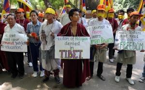 504 於印度新里的藏人手拿標語抗議中國當局鎮壓藏民行動
