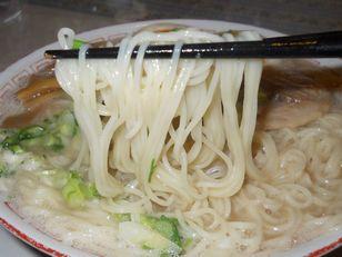 ふくや豚骨ラーメン (2)