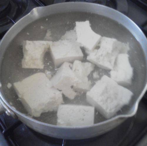 木綿豆腐を茹でてる
