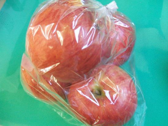 隣で買ったリンゴ