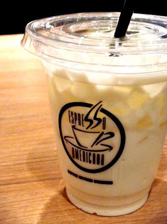 『エスプレッソ・アメリカーノ』のアイスホワイトチョコミルク