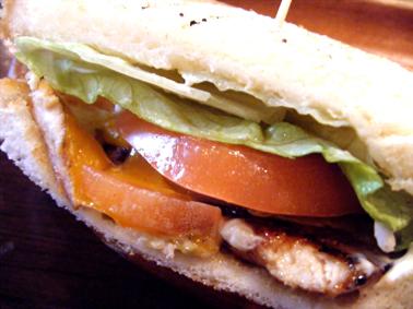 『KUA`AINA(クアアイナ)』のマヒマヒのサンドイッチ