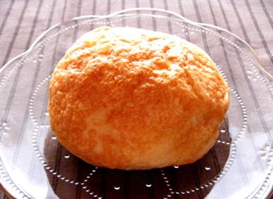 『ブーランジェリー&カフェ マンマーノ』のまるごとチーズ
