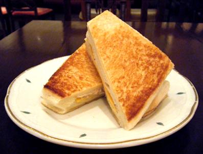 『銀座みゆき館』のツナチーズのホットサンド