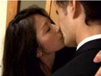 人妻熟女動画 : 濃厚なキスから始まり情熱的なSEXで終わるご無沙汰未亡人とその知人男性