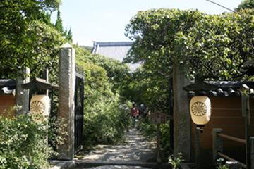 宝戒寺入り口