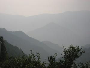 水墨画の様な山々