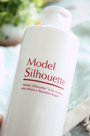 モデルシルエット ローズボディミルク口コミ