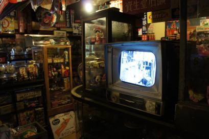 古いテレビから古い映像がながれている