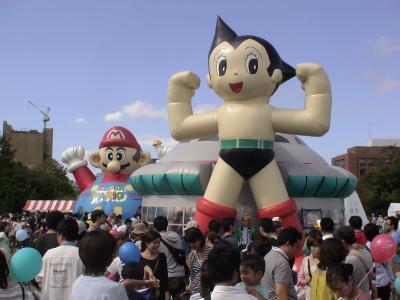 ふれあい広場の鉄腕アトムとスーパーマリオ