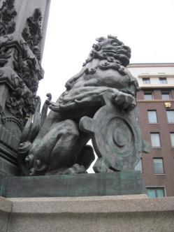 獅子が持っているのは東京府のマーク