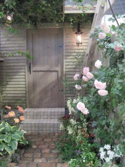 壁面の使い方がすてきな庭