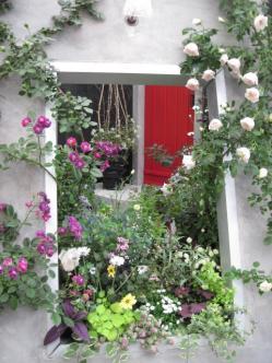くり抜いた壁が窓のように見える庭