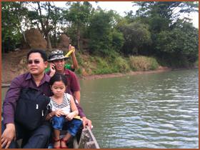 川をボートで渡る