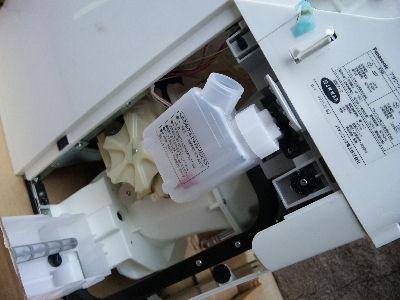 洗剤を入れるタンクとターントラップの入っている筐体部