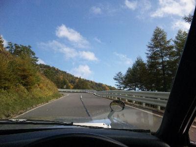 ルーチェのドライバーズシートより、紅葉と青空