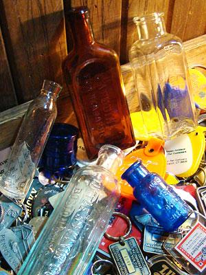 ロゴがいっぱいのアンティークやヴィンテージのボトル、紙ものなども入荷しましたよ~!