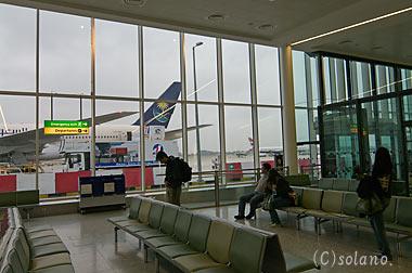 ロンドン・ヒースロー空港、第3ターミナルのオープンスポット待合所