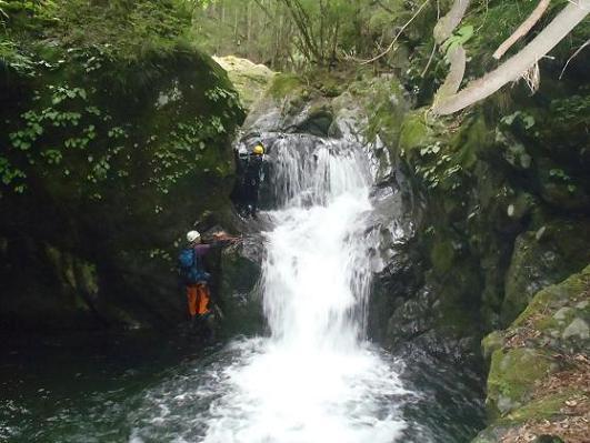 人工で登る滝