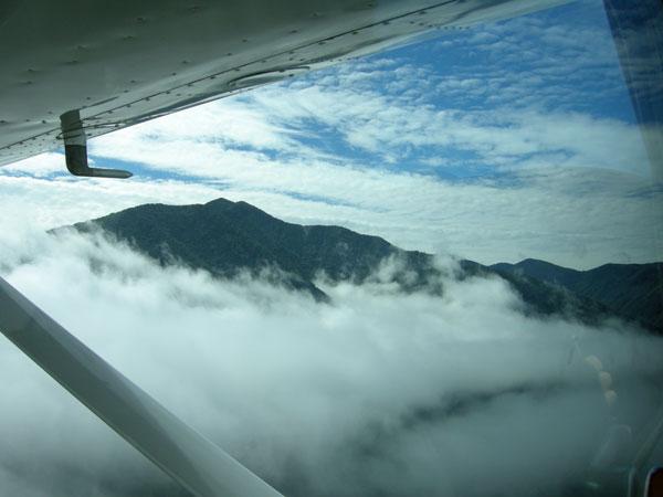 雲を抜けると