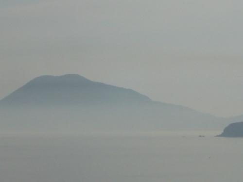 雨に煙る三都半島