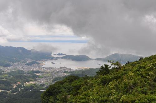 雲の間から見える内海湾