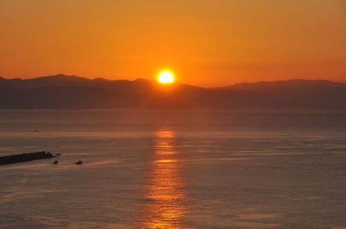 桂浜に昇る朝日