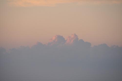 少し赤い雲