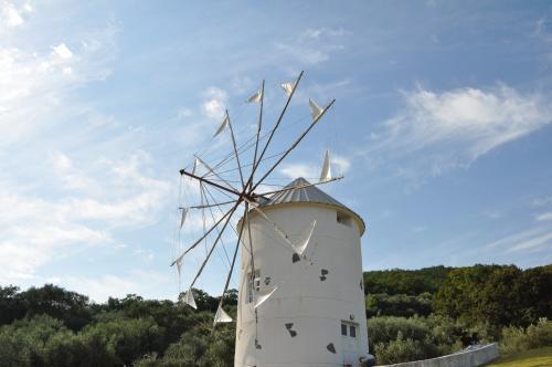 オリーブ公園の風車と秋の空