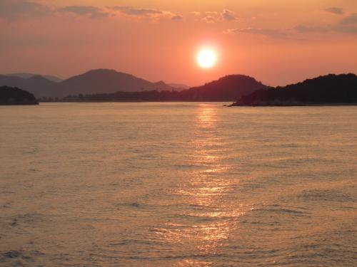 島々に沈む夕陽