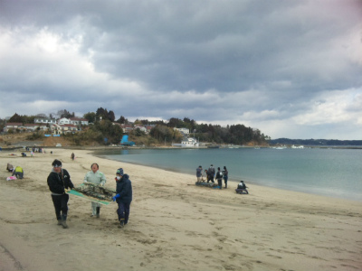3.11鎮魂の花火に向けて砂浜清掃