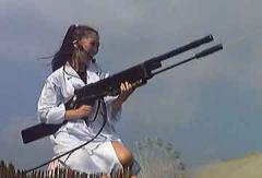 白衣と機関銃風水鉄砲