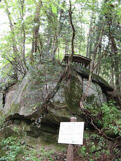9巨石上の供養社