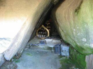 14三昧岩、穴
