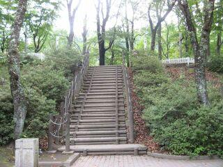 39484146_3157923729墓地へ正面階段